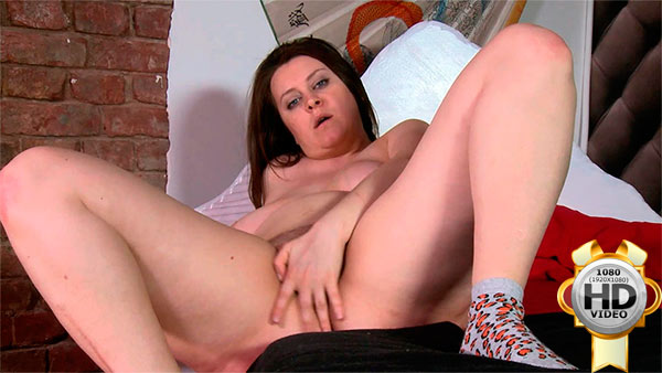 Plumper gets all naked and masturbates