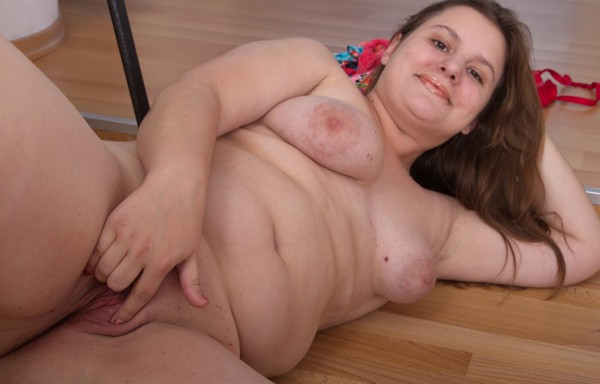Chubby girlie gives her shaven clam a good stretching