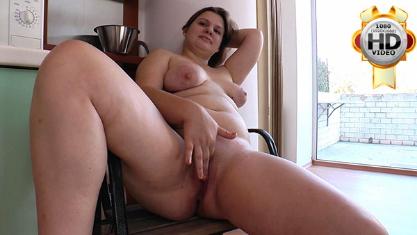 Teenage fatty spreads her smooth snatch