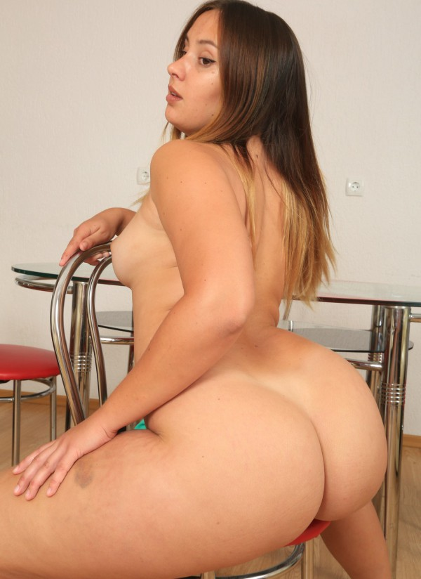 Bootylicious young plumper gets naked