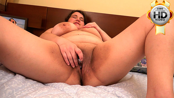 Young overweight temptress rubs her wet pink hole